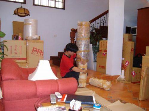 nhân viên đang đóng gói để chuyển nhà