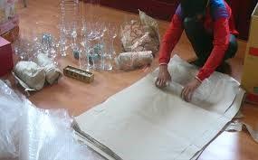 Sau khi phân loại sẽ thực hiện bọc gói đồ dễ vỡ