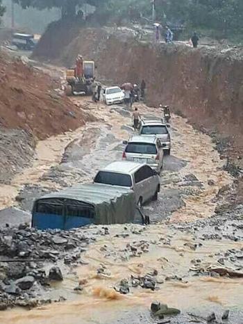 Đoàn xe bị kẹt do sạt đường ở huyện Đà Bắc, Hòa Bình